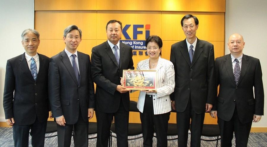 香港保險業聯會主席蔡香君女士向澳門保險公會姜宜道會長致送紀念品