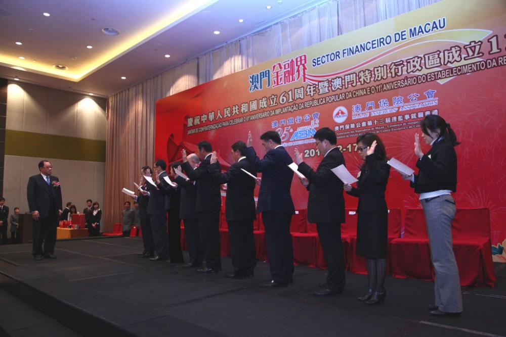 澳門特別行政區經濟財政司譚伯源司長為新一屆理監事就職主持監誓儀式。